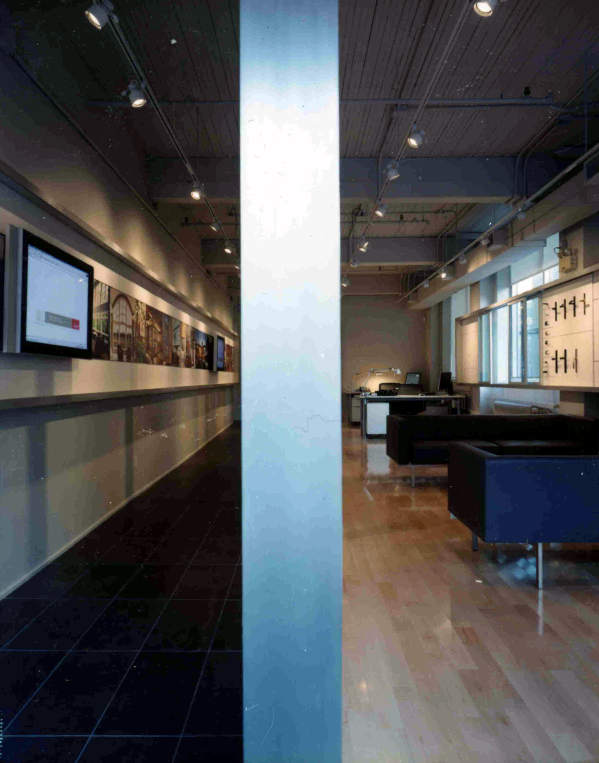 LOEWEN WINDOW CENTRE Toronto & LOEWEN - Paul Syme Architect